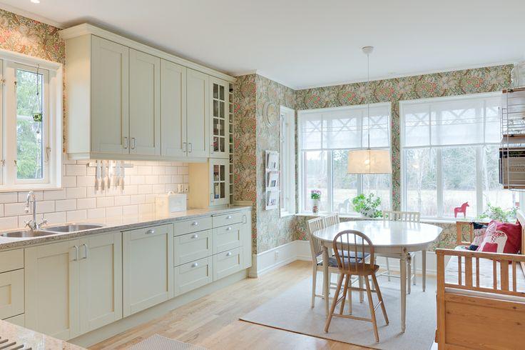 Det här lantliga köket finns på adressen Uls-Väsby 10 och säljs av Widerlöv & Co. Behaglig färg på luckorna och vacker matchande tapet.