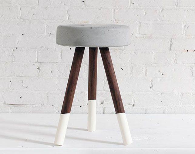 Stol i beton, DIY // Denne DIY kræver en spand, ben i træ, betonblanding og maling. Resultatet er en übercool stol. Se hvordan hos Homemade Modern