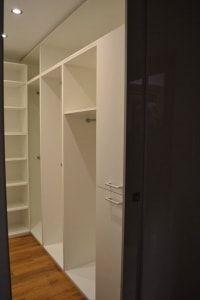 garderoba wykonana na wymiar w mieszkaniu na poddaszu