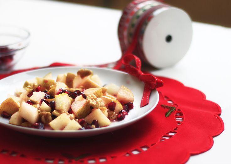 Per chiudere al top il pranzo di Natale io punto su questa gustosa, salutare e bellissima macedonia con melagrana, pere e noci...