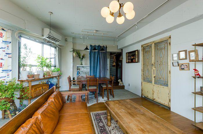 築50年のビルの一室をリノベ 目黒通りでアンティーク&ヴィンテージ家具ショップ「POINT No.39」「POINT No.38」を営む杉村聡さん。妻とともに暮らす部屋は、築50年の古いビルの最上階の一室をリノベーション。ご自身が愛する1920年代のアメリカをイメージしたインテリアで統一している。 「もともとビルのオーナーと知り合いで、最初は倉庫として使っていたんです。そのうちに管理人をやりながら住んでほしいと言われ、ある程度自由にリノベーションできることを条件に入居しました」。 倉庫にする前は和室のある4Kの間取りだった。天井を抜き、床をはずし、壁を壊してスケルトンに。さらに居住用として使う際には、ベッドルームを仕切る壁を真ん中に取り付け、天井は白で塗り、照明を色々と取り付けられるようレールを敷いた。 「今と規格が全然違うんですよね。柱の位置だったり、真ん中に梁が出ている構造だったり。形も真四角ではなくて、変形しているのが面白いなと思います」。…