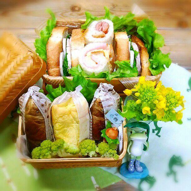 旦那さんの朝ごパン弁当&ミニランチ♪ 朝ごパンは  塩煮豚、蒸し蓮根、菜の花辛子あえの サンドイッチ  ハム&チーズとウインナーの  ラップロール ミニランチは  スティックおにぎり   コチュジャンご飯の肉巻き   チキンピラフのオムライス  カリフラワーのマリネ おはようございます♪ 二度寝で寝坊!!しかし1時間の二度寝はもはや熟睡で頭はスッキリ(#^.^#) 駅までの競歩で暑いくらい今日は暖かいです! スティックおにぎり、崩れないよう肉巻きは韓国海苔でオムライスはほうれん草で巻きました♪ - 87件のもぐもぐ - 旦那さんの朝ごパン弁当&ミニランチ♪ by kyuja
