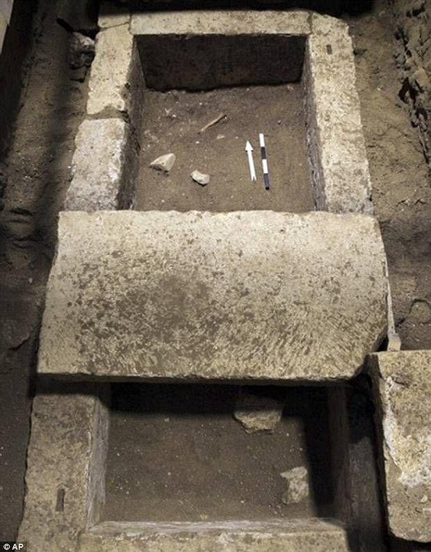 Dentro del sarcófago había un ataúd de madera cerrado con clavos de hierro y bronce. Los huesos fueron hallados tanto dentro como fuera del ataúd junto con artefactos decorativos.
