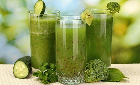 (Zentrum der Gesundheit) - Grüne Smoothies sind DIE perfekte Mahlzeit für moderne Menschen, denen ihre Gesundheit wichtig ist. Durch die eigene Zubereitung der grünen Smoothies macht gesunde Ernährung unglaublich viel Spass. Die grünen Mixgetränke aus Früchten, grünem Blattgemüse und Wasser schmecken köstlich, sind im Nu zubereitet und liefern hochkonzentrierte Vital- und Nährstoffe in ihrer natürlichsten Form.