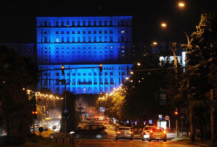 Palatul Parlamentului este iluminat în albastru, culoarea Naţiunilor Unite, în timpul zilei Mondiale a Refugiaţilor, în Bucureşti, vineri, 20 iunie 2014. (  Daniel Mihăilescu / AFP  ) - See more at: http://zoom.mediafax.ro/travel/palatul-parlamentului-12828303#sthash.Usjh8v5j.dpuf
