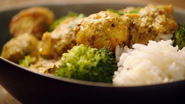 Dit is een puur maar erg smaakvol gerecht dat bovendien snel klaar is. Gebruik stevige vis zoals zeewolf voor de balletjes. De saus met yoghurt leerde Jeroenmaken van een Indische chef. Ze schift een beetje, maar dat hoort zo.
