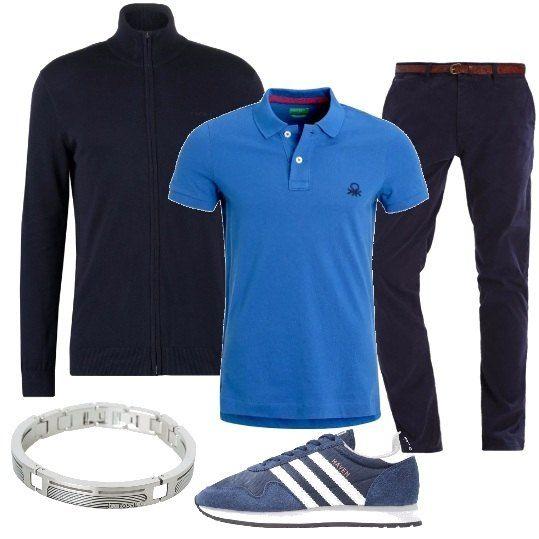 Un paio di pantaloni blu si abbinano ad una polo dal colore vivace, da indossare sotto un cardigan nei giorni più freschi. Le scarpe sono delle sneakers a due colori e un bracciale in metallo completa la composizione.