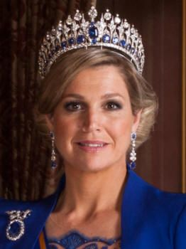Dutch Queen Maxima's jewels, Mellerio Sapphire tiara, earrings and brooch. The tiara is a perfect match with the royal blue gown and cape by Dutch designer Jan Taminiau. Hair and make-up could've been better.