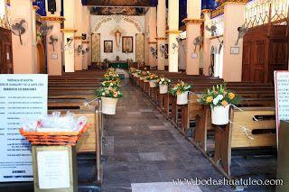 Decoración con canastas en la iglesia con colores naranjas y blancos
