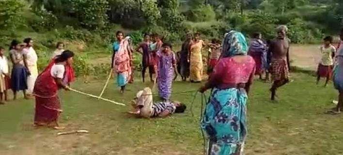Ινδία: Γυναίκες δένουν και ξυλοφορτώνουν παιδεραστή [βίντεο]