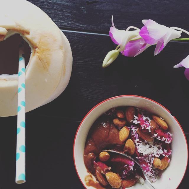 Vegansk chokladkola Cirka 4 portioner  1 burk ekologisk kokosmjölk  1 dl kokossocker  1/2 dl kakao, ekologisk  1 tsk vaniljpulver  2 msk kokosolja  Lite havssalt  Blanda kokosmjölk, socker samt kakao i en kastrull. Värm upp och sjud i cirka 10 minuter, rör om under tiden.  Ta bort från värmen och vänd i kokosolja, havssalt och vaniljpulver.  Låt stå i cirka 30 minuter så kolan får sätta sig.  Avnjut med frukt, i en smoothiebowl eller bara som den är.