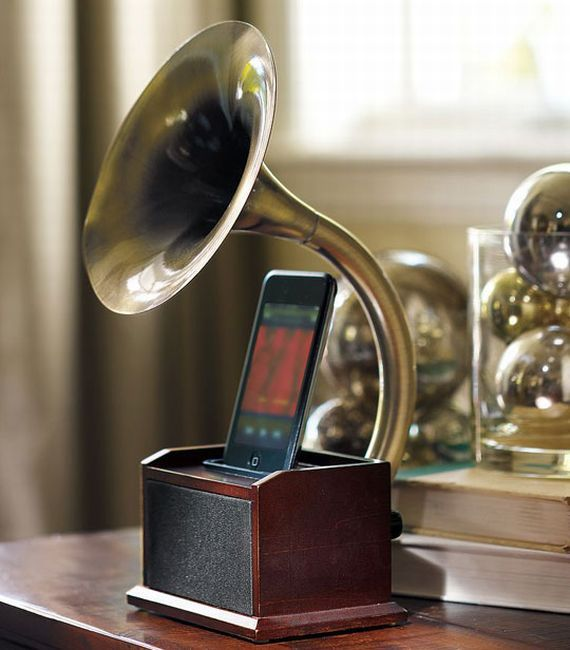 Gramophone ipod / iphone dock. This is so cool!