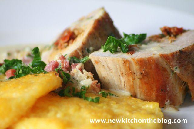 New Kitch On The Blog: Endlich wieder kochen: Gefülltes Schweinefilet mit getrockneten Tomaten und Polentaplätzchen