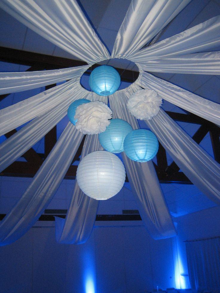 Mariage turquoise et blanc : suspension centrale éclairée