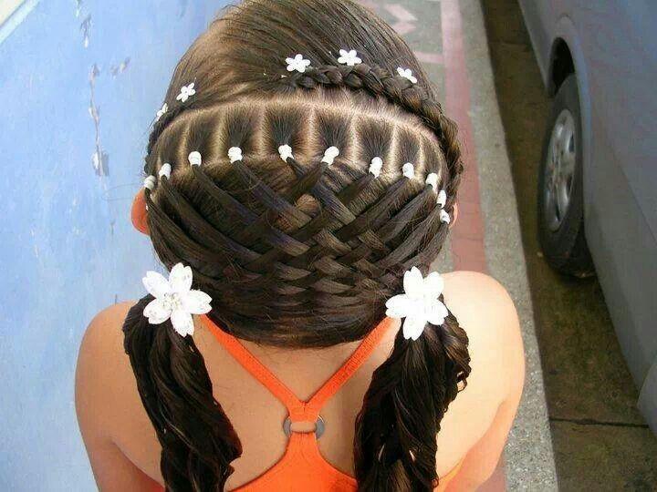 Elaborado peinado para niña.