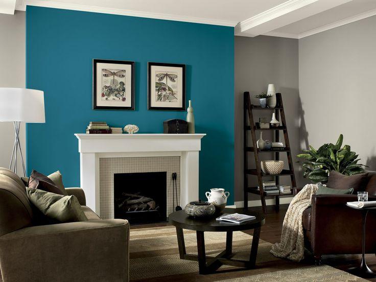 Гостиная с камином и синей стеной