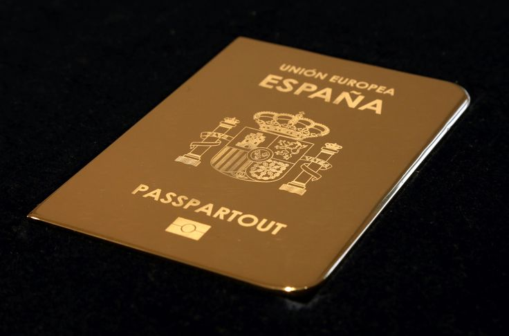 Giuseppe Stampone | Passepartout, España | 2016 | Copper plate engraved gold-plated | 12,5 x 0,5 x 8,8 cm | Courtesy MLF Marie-Laure Fleisch and the artist
