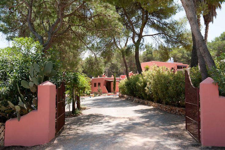 Luxe villa te huur op Ibiza. Vier slaapkamers en vier badkamers. Een privézwembad ontbreekt uiteraard ook niet.