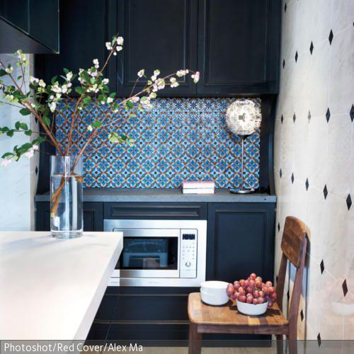 die nostalgischen wandfliesen in blau geben der k che. Black Bedroom Furniture Sets. Home Design Ideas
