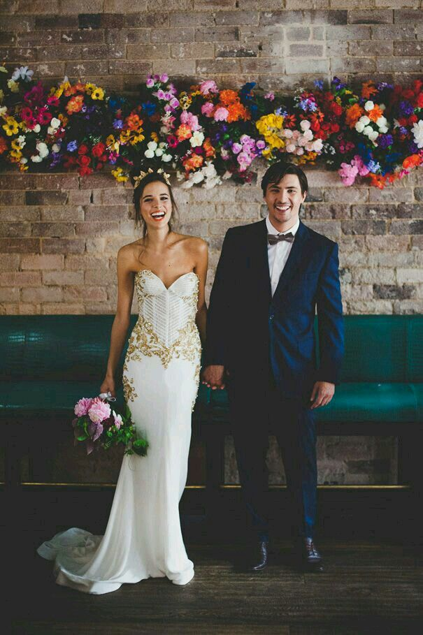 Wedding decor : Bright floral backdrop