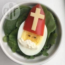 Een hardgekookt ei wordt versierd als Sinterklaas met een mijter van rode paprika en kaas, en een snor van mayonaise. Leuk idee voor een brunch met kinderen in de Sinterklaastijd!
