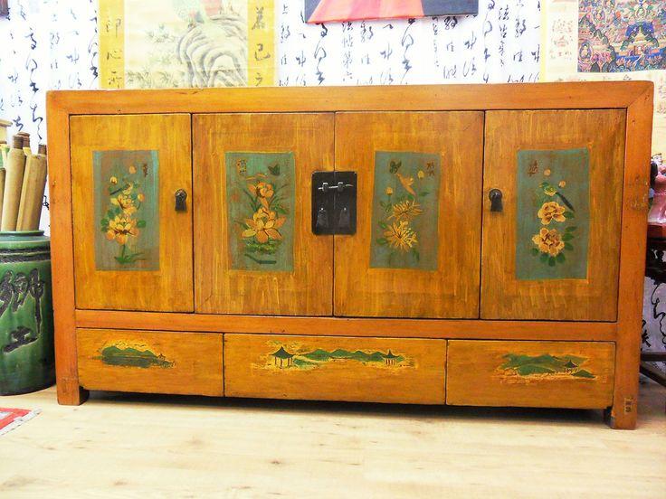 Antica credenza cinese in legno di ciliegio. Magnifici dipinti originali, Manciuria, metà 800. Misure: 157x42x88 € 1,750.00