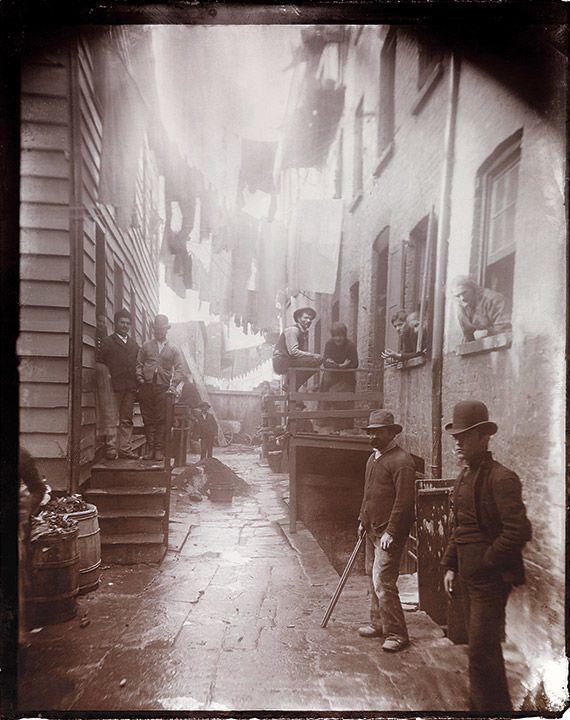 Бандитская ночлежка, 59½ Малберри-стрит. Фото: Jacob Riis, около 1888.