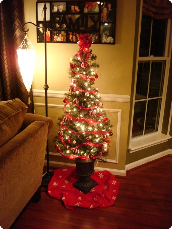 17 best ideas about small christmas trees on pinterest mini christmas tree xmas decorations. Black Bedroom Furniture Sets. Home Design Ideas