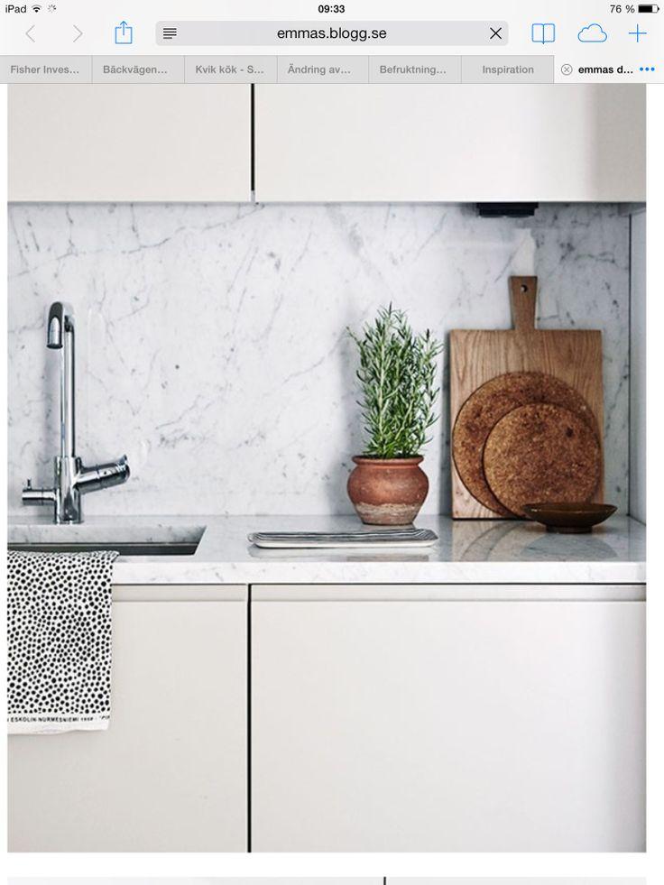 Stänkskydd i marmor till varmgrå luckor med grepplist