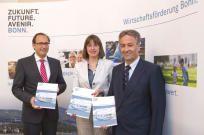 Neues Fenster: Oberbürgermeister Jürgen Nimptsch,  Wirtschaftsförderin Victoria Appelbe und Dr. Matthias Schönert (links) vom Amt für Wirtschaftsförderung stellten den Jahreswirtschaftsbericht 2015 vor.