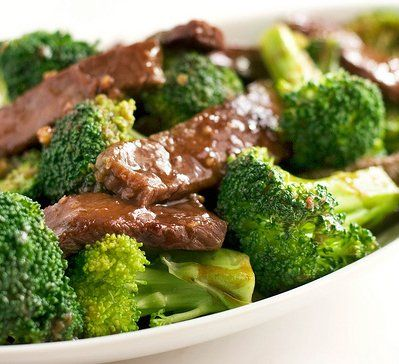 PALEO SESAME BEEF AND BROCCOLI. 1 lb flank steak  2 tsp coconut aminos  1/2 cup vegetable broth  2 tbsp dark sesame oil  2 cloves minced garlic  2 tbsp lemon juice  12 tsp red pepper flakes  2 cups broccoli florets  2 cups carrots, julianned  1 green onion, thinly sliced  1 tbsp sesame seeds
