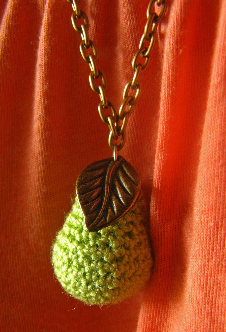 Collar con dije Perita, tejida en crochet, cadena y hoja en acero cobrizo. Pedidos al 3167317595 o al 3125954366.