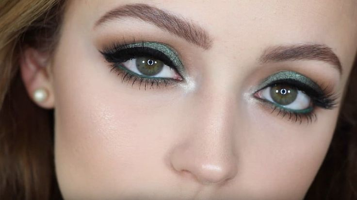 Show off your beautiful green eyes with these must-know makeup tutorials! These makeup tutorials for green eyes will bring out their natural beauty.