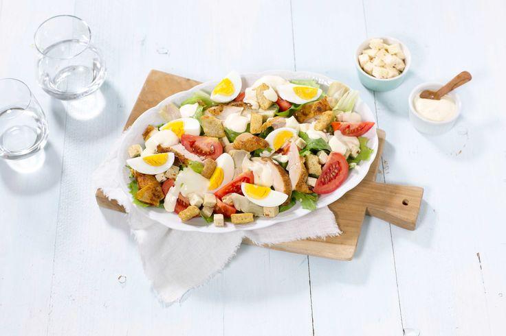 Cæsarsalat er en italiensk klassiker, som er enkel og rask å lage hjemme. Her har vi byttet ut parmesan med salatost og serverer hardkokte egg til