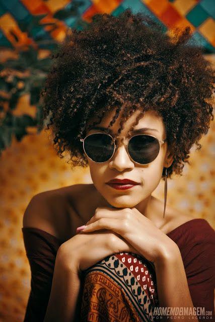 Petit afro bouclés sur cheveux crépus naturels