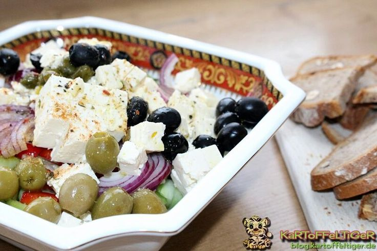 Food ABC: Rezept X wie Xoriatiki! Leckerer griechischer Bauernsalat ... ein absolutes Highlight für den Sommer Wasserspender und Erfrischer! Aber auch im Winter definitiv ein super Vitaminspender! ;) Zum Rezept  #linkinbio #tilfoodabc #foodabc #rezepte #xoriatiki #griechischkochen #salat #kochenistliebe