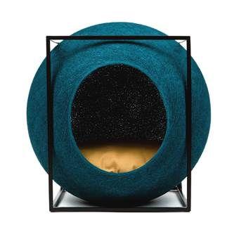 Wat een plaatje: zelfs als je geen kat hebt, zou je dit kattenpaleisje het liefst midden in de woonkamer zetten. De MeYou The Cube mand bestaat uit een ronde, zachte bol (hoe slim: helemaal krabbestendig!) met daaromheen een kubistisch, metalen frame.
