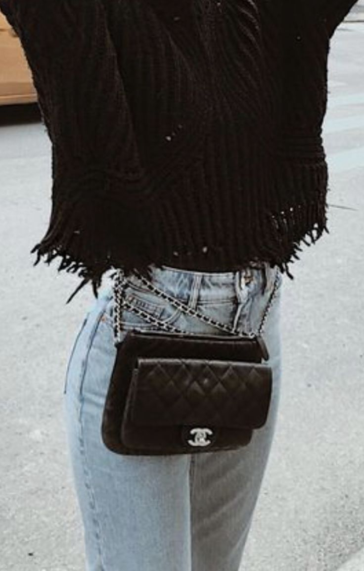 chanel 2.55 belt bag   how to wear a bag around your waist outfit   best levis skinny jeans outfits