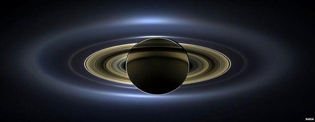 La sonda Cassini fotografió al planeta de los anillos como nunca antes, con un punto -la Tierra- a su lado. Carolyn Porco dirige el proyecto que obtuvo esta increíble imagen y cuenta cómo y por qué lo lograron.