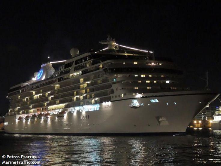 Το Marina αποπλέει βράδυ από τον Πειραιά. 22/10/2012.
