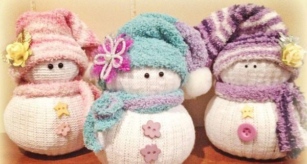 Cómo hacer un muñeco de nieve con un calcetín. Una manualidad muy sencilla para hacer en esta Navidad y que a los pequeños de la casa les encantará. ¿Te animas?