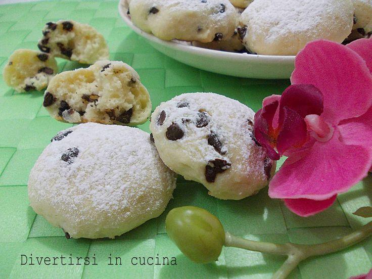 I biscotti di ricotta e gocce di cioccolato sono morbidi, buoni, semplici, e veloci da preparare. Ottimi da servire con il caffè o inzuppati nel latte.