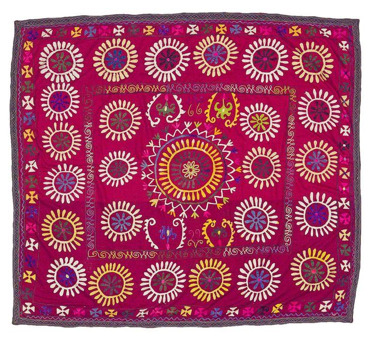 SOUZANI EN SEDA BORDADO, UZBEKISTÁN Tela de seda proveniente de Asia Central. Tejida a mano, se caracteriza por presentar vivos colores. Es utilizada para decorar el interior de las casas a modo de tapiz, alfombra, mantel o colcha. Medidas: 183 x 165 cm.