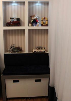 Nichos brancos iluminados e dois gavetões para quarto de bebê