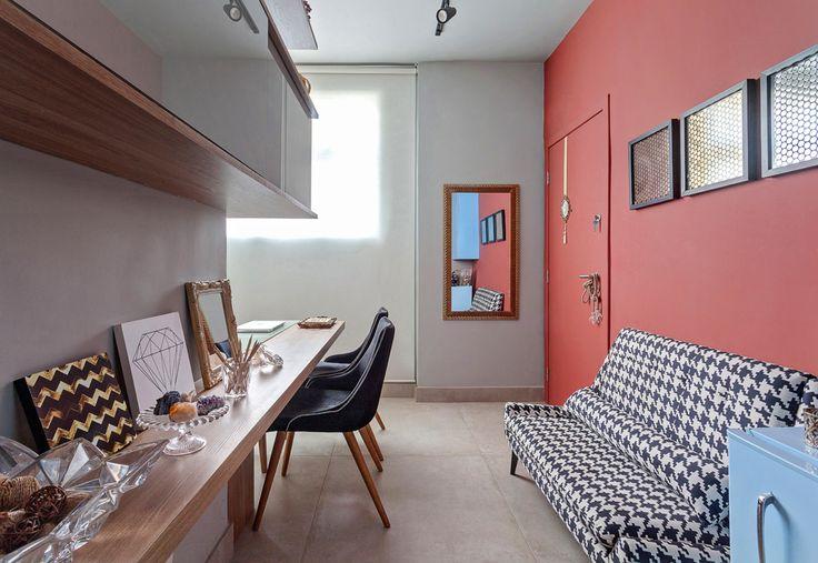 Estiloso e cheio de charme, o home office deste apartamento – assinado pela dupla de arquitetos Ivana Seabra e Bruno Vianna – caiu como uma luva para a proprietária, que é designer de joias. Também amou? Corra para a página 109 da Habitat de Outono e inspire-se nessa morada!  Foto: Henrique Queiroga Nas bancas ou pelo app (www.revistahabitat.com.br)  #arquitetura #design #apartamento #homeoffice #cores #habitat #habitatmg #habitat60 #revistahabitat60