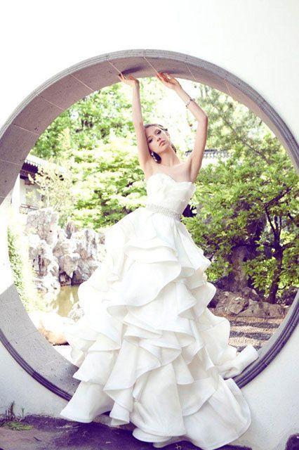 YUMI KATSURAのウェディングドレスは贅沢なドレプ使いでエレガント。晴れ舞台、白のウェディングドレス・花嫁衣装の参照まとめ一覧♡