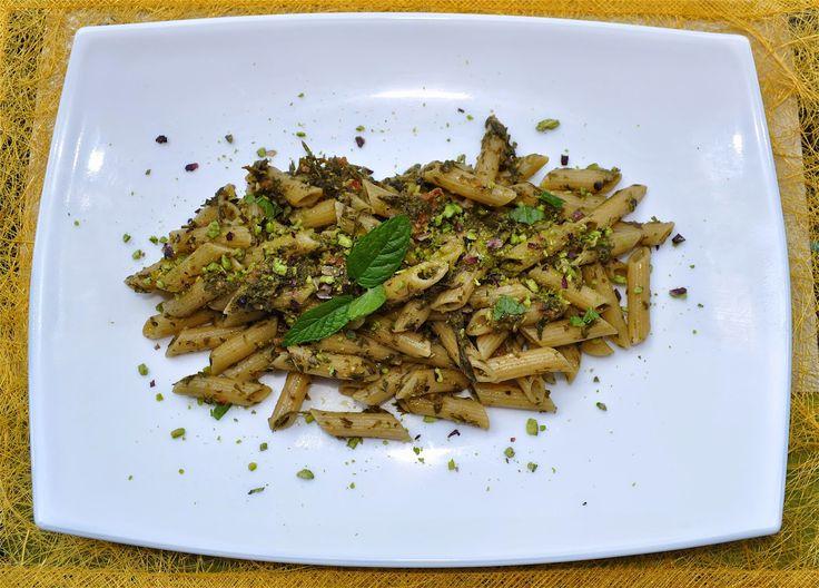 Parole Vegetali: Pasta con pesto di foglie di carota... e amici che faccio fatica a fotografare