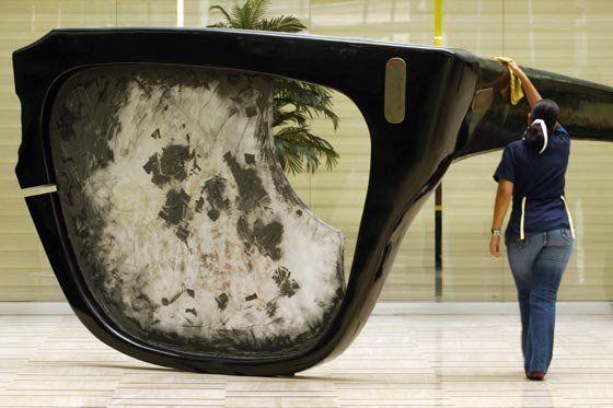 Los lentes de Salvador Allende. Escultura del artista Chileno Carlos Altamirano, expuesta en Caracas, Venezuela.