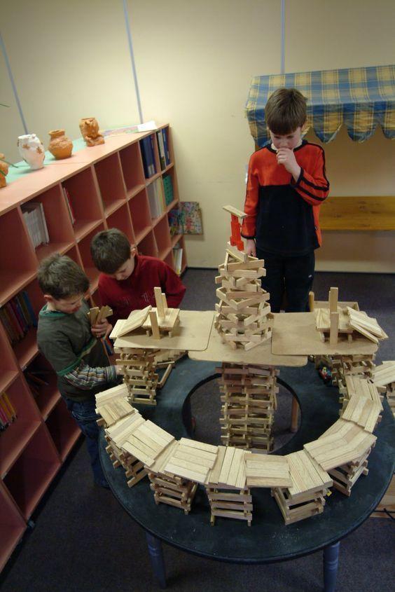 niños realizando construcción con kapla