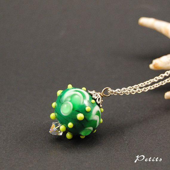 Matrioska green: catenina argentata con perla a lume in vetro di murano verde scuro e bianco - lampwork di LampworkAndMore